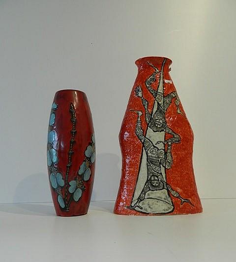 Important vase à décor de clowns-acrobates sur fond rouge, circa 1960, céra