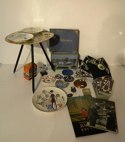 Amusant ensemble Expo'58 comprenant : table basse en forme de palette crée