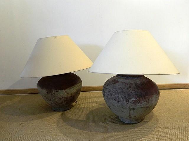 Paire de jarres africaines montées en lampe, XXe, céramique à frise incisée
