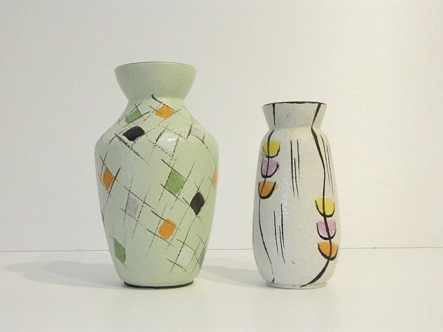 Deux petits vases, l'un à décor géométrique polychrome et Fat Lava, l'autre