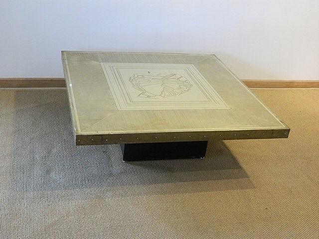 Table basse carrée à décor abstrait, circa 1970, plateau en laiton ciselé,