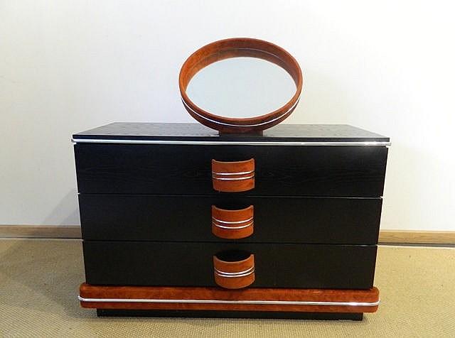 Commode-coiffeuse ouvrant par trois tiroirs, miroir amovible, circa 1970, b