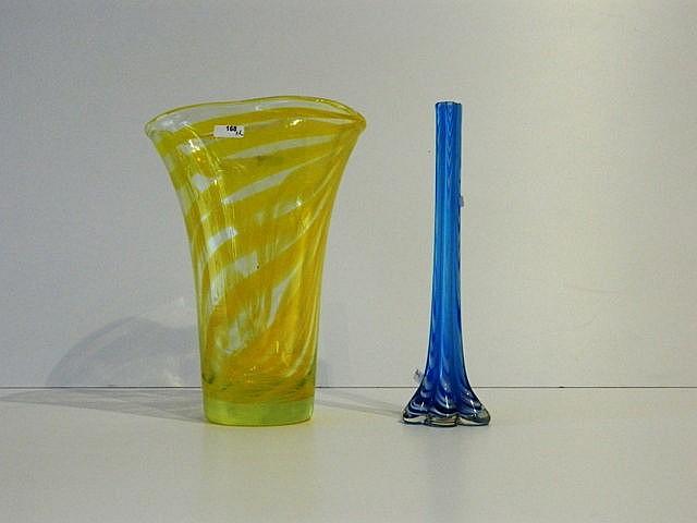 Ensemble d'un vase et d'un soliflore marbrés, XXe, verre soufflé et travail