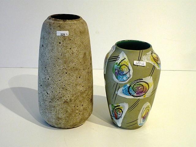 Deux vases ovoïdes aux décors abstraits polychromes sur fond mat, circa 195