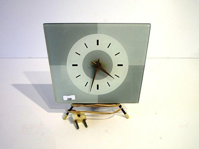 Horloge de table trapézoïdale sur piètement tripode, années 1950, cadran en