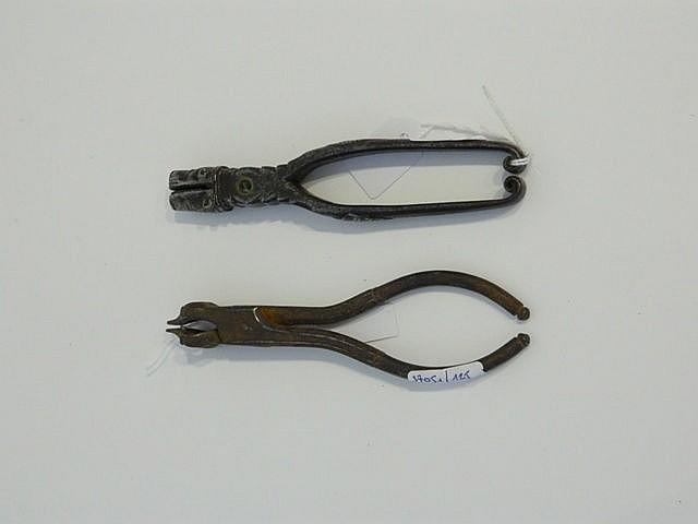 Deux pinces pour la fabrication des balles dont une zoomorphe, XIXe.