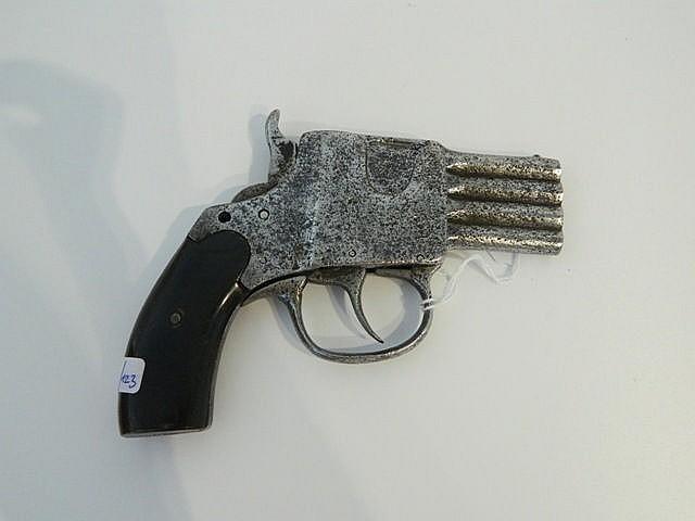 Petit pistolet à quatre canons superposés, XIXe, l. 13,5 cm.