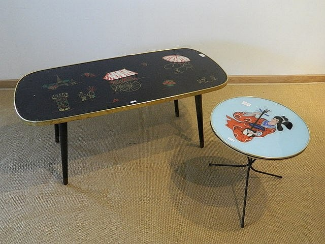 Deux tables basses, l'une rectangulaire à bords arrondis au décor parisien,