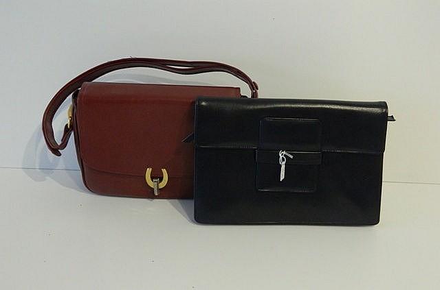 Lot composé d'un sac en cuir bordeaux à fermoir en fer à cheval [parfait ét