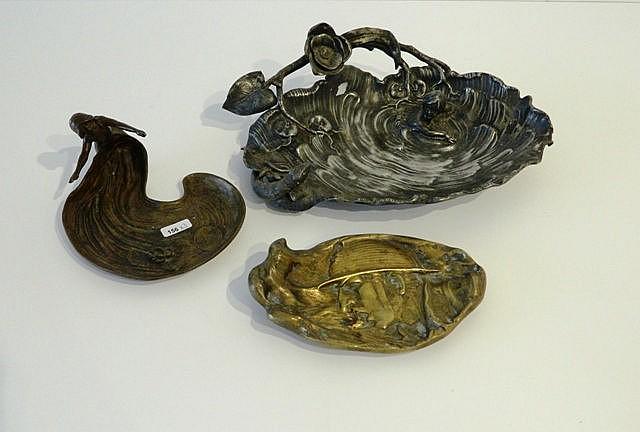 Ensemble de trois vide-poches, fin XIXe - début XXe, métal argenté, bronze