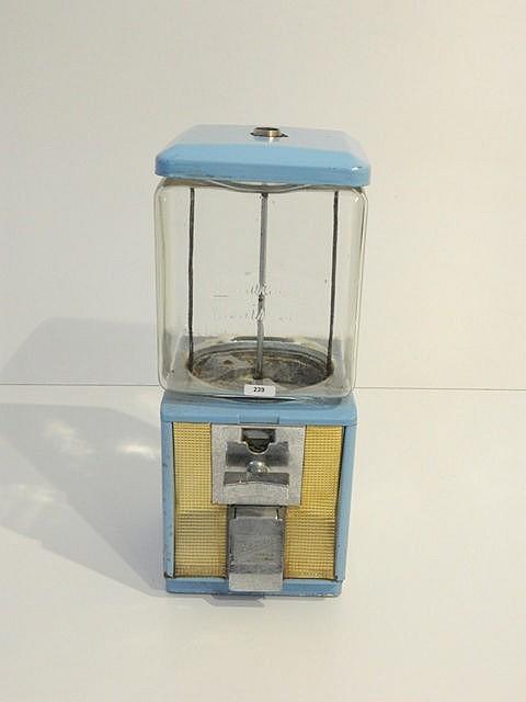 Distributeur de bonbons, circa 1960, métal laqué bleu ciel et verre, h. 41