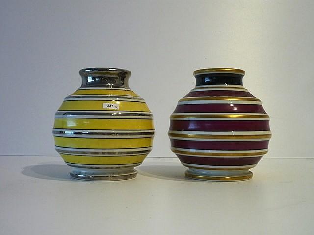 Ensemble de deux vases à décor ligné stylisé argent, noir, blanc et jaune p