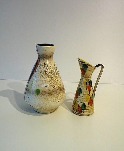 Un vase piriforme et une verseuse aux décors polychromes abstraits, circa 1