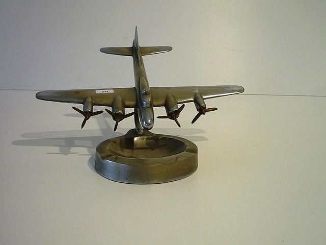 Cendrier orné d'un quadrimoteur, circa 1950, métal chromé, h. 18 cm, l. 30