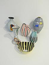 Lot de cinq petits vases et une coupe aux décors polychromes divers, circa