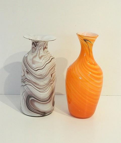 Deux vases marbrés, XXe, verre soufflé, h. 26 et 28,5 cm.