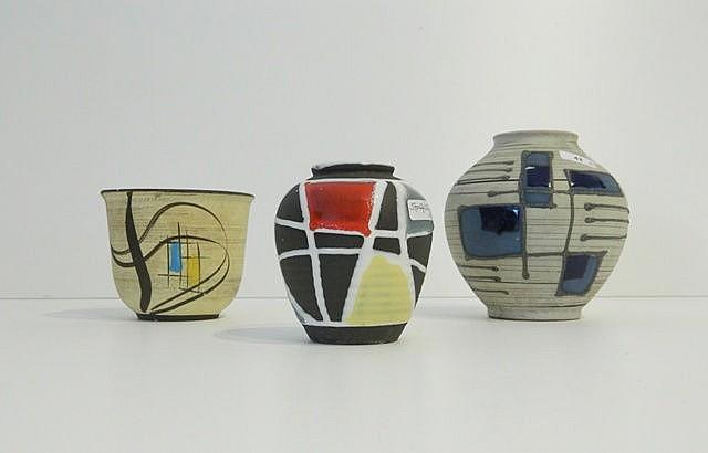Deux petits vases sphériques et une coupe aux décors géométriques polychrom