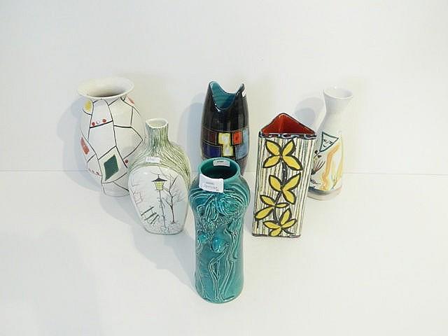 Lot de six vases aux décors polychromes divers, circa 1950-70, céramique ém