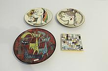 Lot de trois assiettes décoratives aux décors figuratifs polychromes dont u