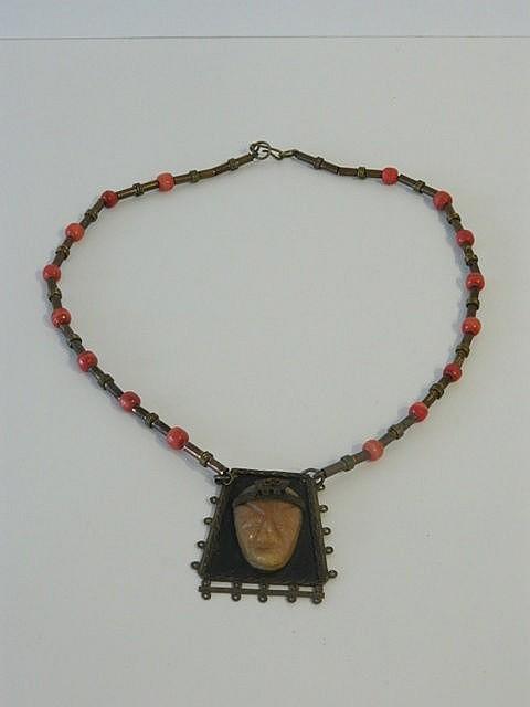 Collier avec pendentif dans le goût précolombien, XXe, cuivre, métal doré e