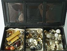 Bel ensemble de bijoux de fantaisie de qualité comprenant princiaplement de