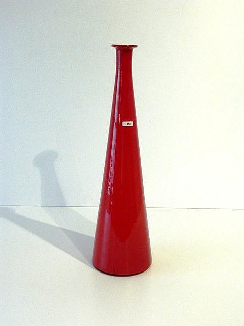 Grand soliflore conique, XXe, verre rouge soufflé, étiquette sur le flanc,