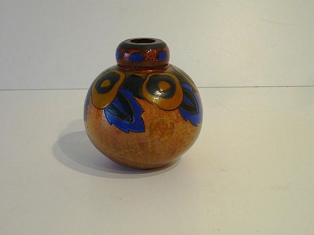 Vase boule d'époque Art déco en verre épais incolore doublé orange à décor