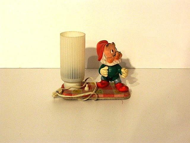 Lampe de chevet ornée d'un des Sept Nains, circa 1960, plastique sur une te