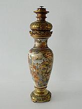 JAPON, vase à décor animé dans des réserves en émaux dits de Satsuma monté