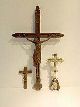 Ensemble de trois crucifix, XIXe, bois sculpté, éléments en nacre sur l'un