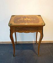 Table à ouvrage de style Louis XV ornée de motifs floraux en marqueterie e
