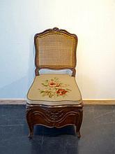 Chaise d'aisance d'époque Louis XV à dos canné, travail liégeois, XVIIIe,