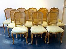 Suite de douze chaises en cabriolet de style Louis XV, XXe, bois mouluré,