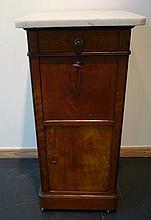 Table de chevet d'époque Louis-Philippe ouvrant par un tiroir en ceinture,