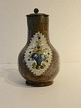 BRUXELLES Pichet couvert à décor floral dans des réserves en étoile sur fon