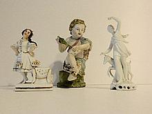 Lot de trois sujets en porcelaine émaillée, XIXe :