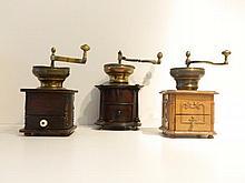 Ensemble de trois moulins à café dont un exceptionnel à corps cylindrique