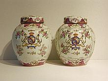 CHINE Paire de jarres couvertes à décor floral en émaux dits de la famille