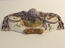 EST DE LA FRANCE Encrier orné d'un aigle aux ailes déployées, XIXe, faïence
