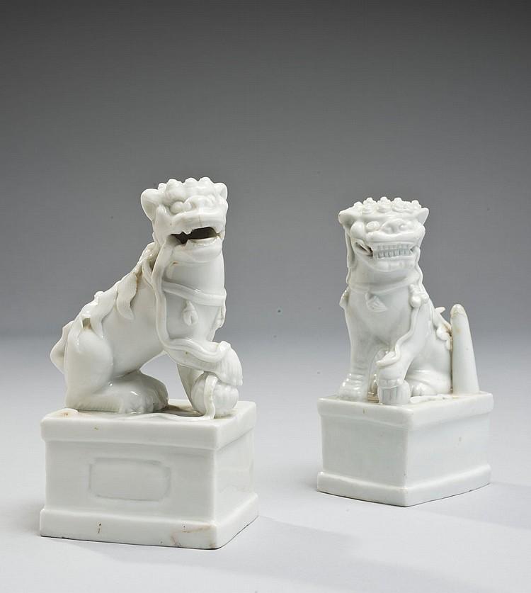 Céramique de la Chine Époque KANGXI (1662-1722) Paire de chimères formant porte-baguettes d'encens en porcelaine émaillée blanc de C..