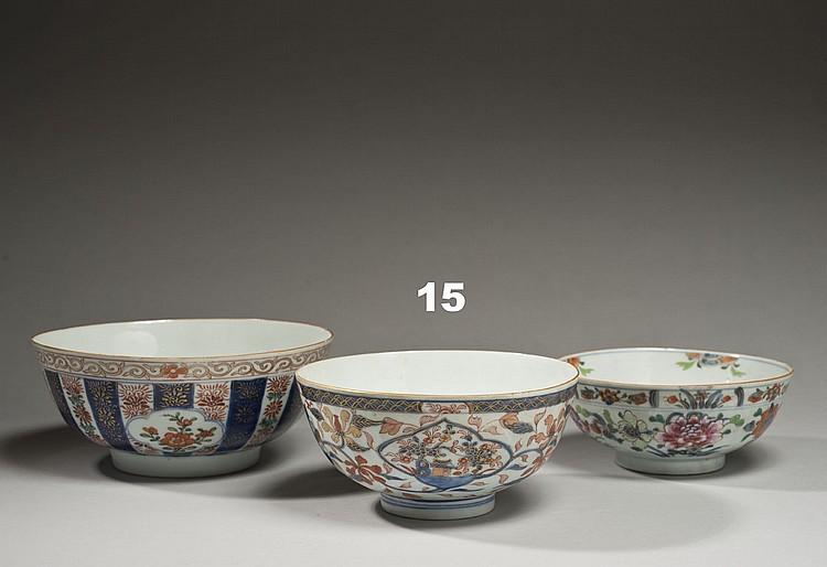 Céramique de la Chine Époque KANGXI (1662-1722) Bol en porcelaine décorée en bleu sous couverte, rouge de fer et émail or dit