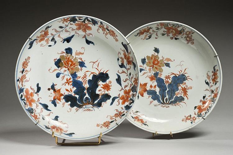 Céramique de la Chine Époque KANGXI (1662-1722) Deux coupes pouvant former paire en porcelaine décorée en bleu sous couverte, rouge ...