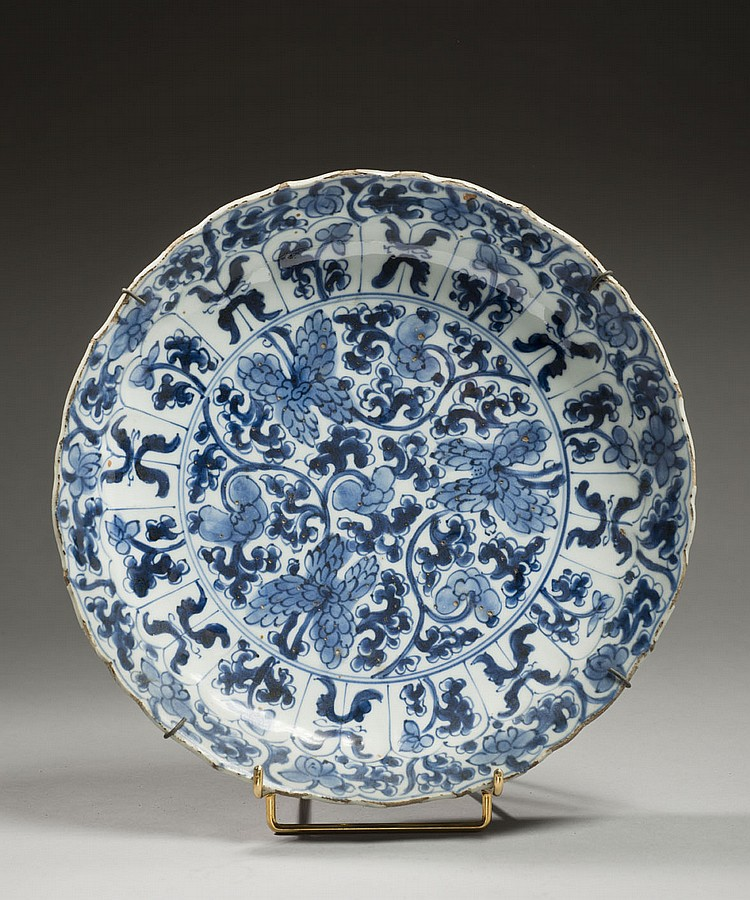 Céramique de la Chine Époque KANGXI (1662-1722) Assiette lobée en porcelaine décorée en bleu sous couverte de pivoines stylisées au ...