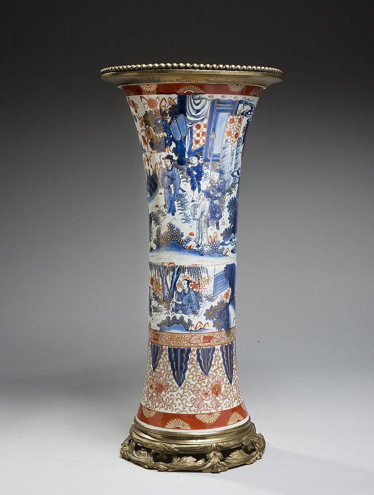 Céramique de la Chine Époque KANGXI (1662-1722) Vase de forme rouleau en porcelaine décorée en bleu sous couverte et surdécorée en é...