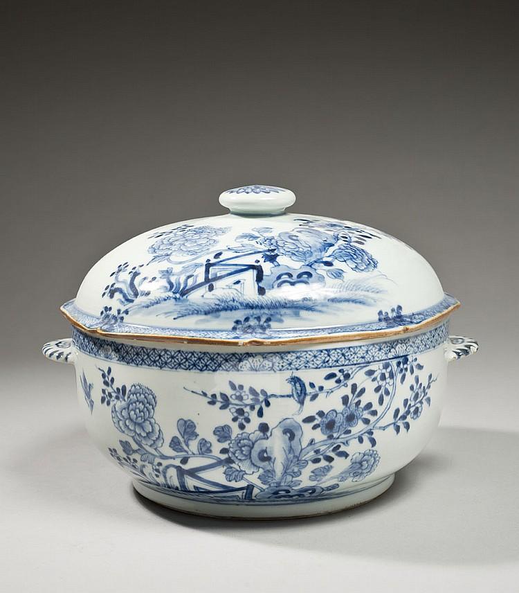 Céramique de la Chine Époque QIANLONG (1736-1795) Soupière de forme ronde en porcelaine décorée en bleu sous couverte d'oiseaux posé..