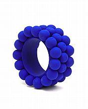 Christian Astuguevieille (né en 1946) BRACELET BLEU PERLES DE COTON Bracelet en bois recouvert de boules de coton, peint en bleu Out...
