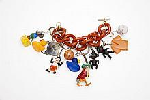 Christian Astuguevieille (né en 1946) BRACELET GOURMETTE CHARM'S PORTE-CLÉS Bracelet en plastique marron éléments de porte-clés plas...