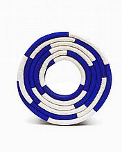Christian Astuguevieille (né en 1946) BRACELET DISQUE BICOLORE  Bracelet en corde de coton naturelle et peinte bleu Outremer Créatio...