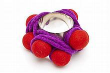 Christian Astuguevieille (né en 1946) BRACELET BOULES DE FEUTRE  Bracelet en métal, boules de feutre rouge et ficelle de feutre viol...