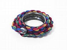 Christian Astuguevieille (né en 1946) BRACELET MÉTAL ET LAINE Bracelet en métal, couleur canon de fusil, laines multicolores Créatio...